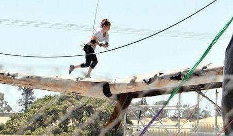 Heidi Dickson ensaiando para Tomb Raider. Na cena, ela se lança para cima da asa da aeronave e corre enquanto a asa desmorona abaixo dela.